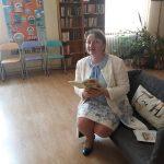 Заместник-министърът на образованието и науката Деница Сачева чете от книгата за мотовете пред деца в Столична библиотека